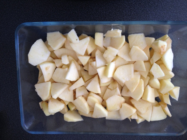 Mes pommes, coupées en dés, étalées dans mon plat.